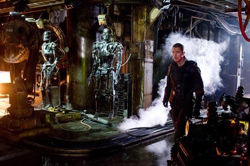 John Connor pasea por una de las factorías de Skynet... ¿qué encontrará?