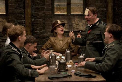 Un grupo de soldados nazi juegan a las cartas con Bridget von Hammersmark