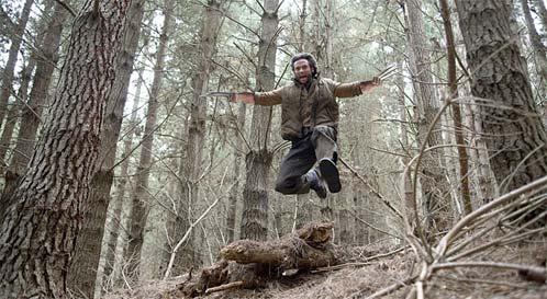 Logan brincando por el bosque