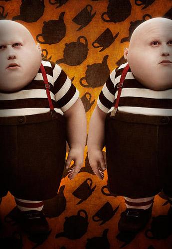 Matt Lucas como los gemelos Tweedledum y Tweedledee