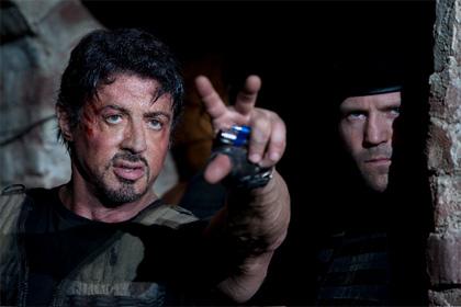 Sylvester Stallone y Jason Statham preparando los fuegos artificiales