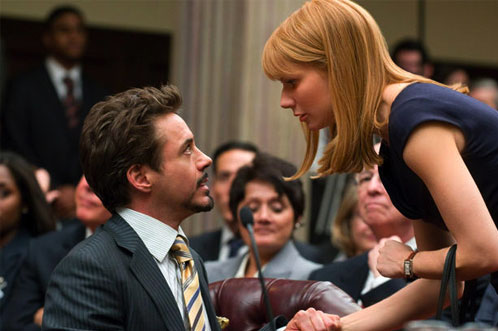 Tony Stark y 'Pepper' Potts compartiendo inquietudes en un juicio
