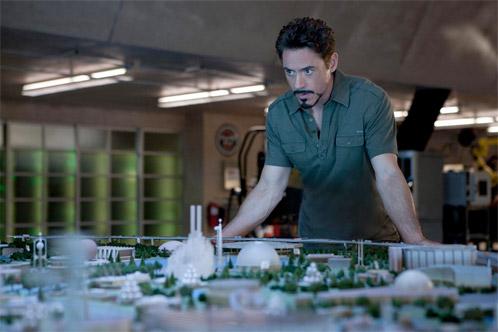 Tony Stark observa la visión de su padre