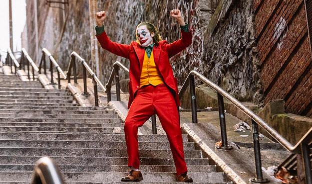 Todd Phillips trabaja codo a codo con Joaquin Phoenix en una secuela de Joker, Fede Álvarez dirigirá un film definido como «El resplandor pero en la Casa Blanca» y producirá un nuevo remake de La Matanza de Texas, Pom Klementieff será una femme fatale en Mission: Impossible 7 y Mission: Impossible 8, Paramount sigue confiando en Star Trek y anuncia que Noah Hawley dirigirá el cuarto episodio de la renacida saga, y Universal ha fichado a Dexter Fletcher para dirigir un film centrado en… R.M. Renfield…