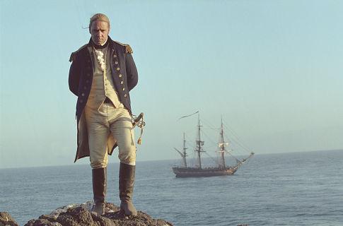 El capitán Jack Aubrey (Russell Crowe) en las Islas Galápagos, al fondo la Sophie